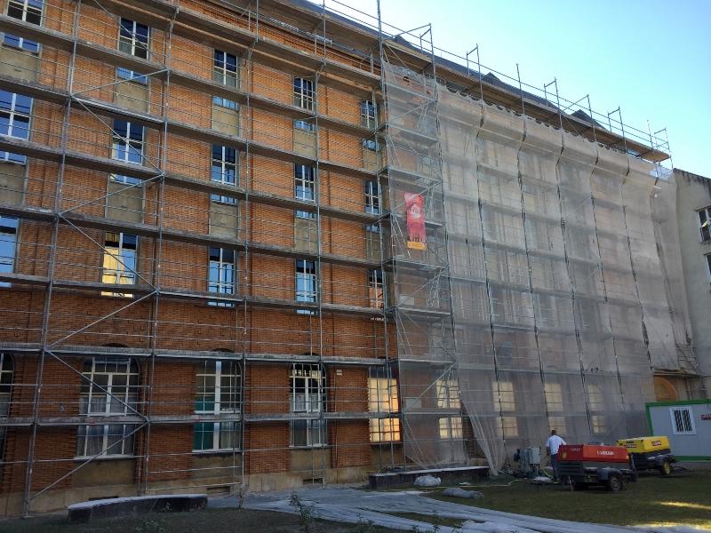 Echafaudage omniloca pour Nettoyage des briques et rejointoiement sur immeuble