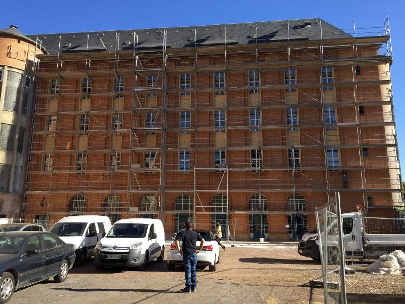 Ravalement de facade du lycee Faber a Metz montage dun echafaudage avec acces en double maille