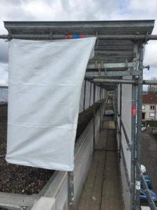 Protection en tête d'échafaudage contre la pluie : travailler au sec et en sécurité