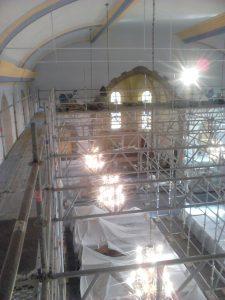 Restauration de l'intérieur d'une église : échafaudages