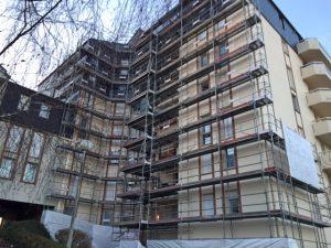 Echafaudages posés pour rénovation de la façade d'un immeuble