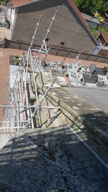 échafaudage multidirectionnel pour la rénovation extérieure de l'église de Seingbouse