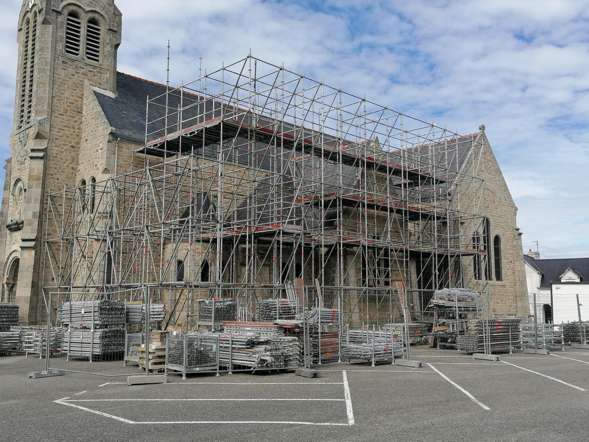 Travaux de rénovation de l'église Saint-Pierre Quiberon grâce aux échafaudages Omniloca