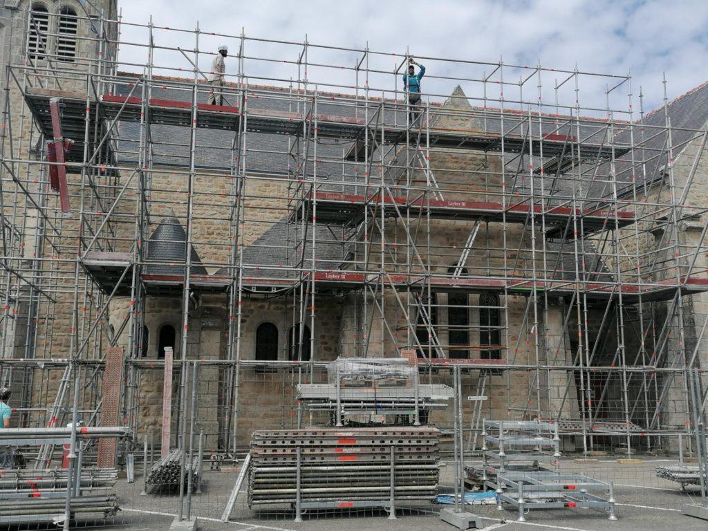 Montage d'échafaudages Omniloca pour la rénovation de l'église Saint-Pierre Quiberon.